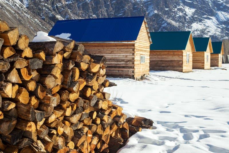 Stapel des Brennholzes gestapelt oben vor Häuser Landwirtschaftliche Szene lizenzfreies stockbild
