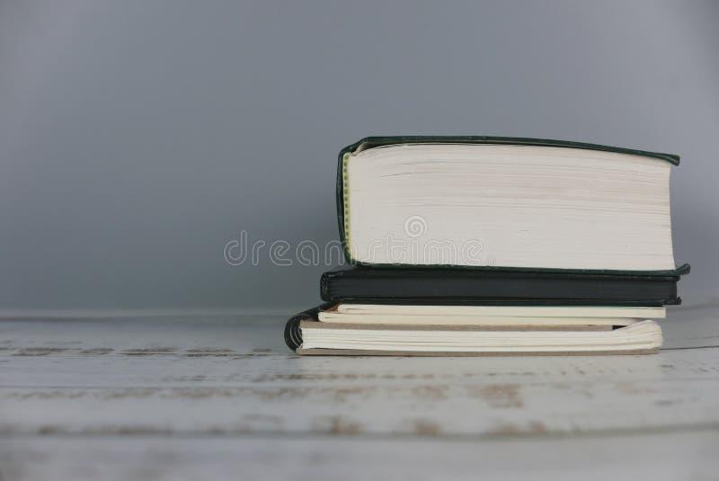 Stapel des Buches getrennte alte B?cher Kopieren Sie Raum f?r Text oder Logo stockfotos