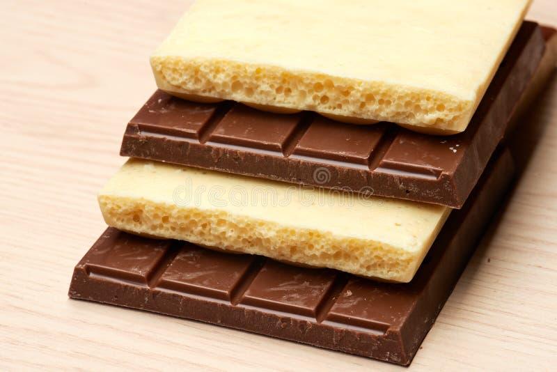 Stapel des dunklem und weißem Schokoladenmakro lizenzfreies stockfoto