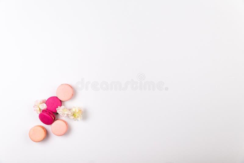 Stapel des französischen Rosas und der pinkfarbenen macarons oder der Makronen, mit Kirschblumen, mit großem copyspace, Draufsich lizenzfreies stockfoto
