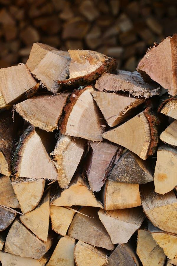 Stapel des gehackten Brennholzes lizenzfreies stockbild