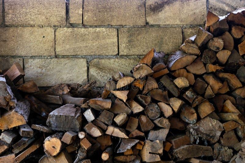 Stapel des gehackten Brennholzes vorbereitet für Winter Alter Brennholzstapelhintergrund stockfotografie