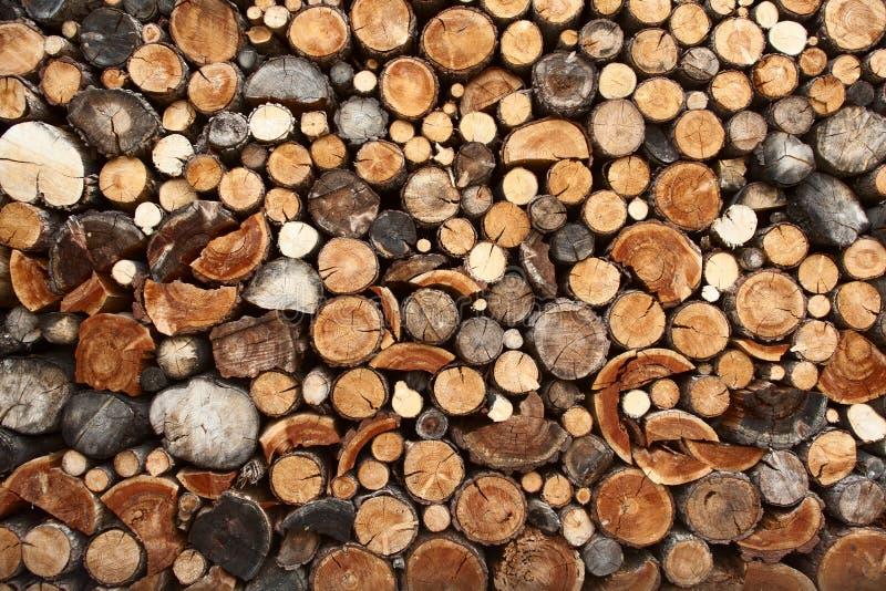 Stapel des gehackten Feuerholzes stockfotos