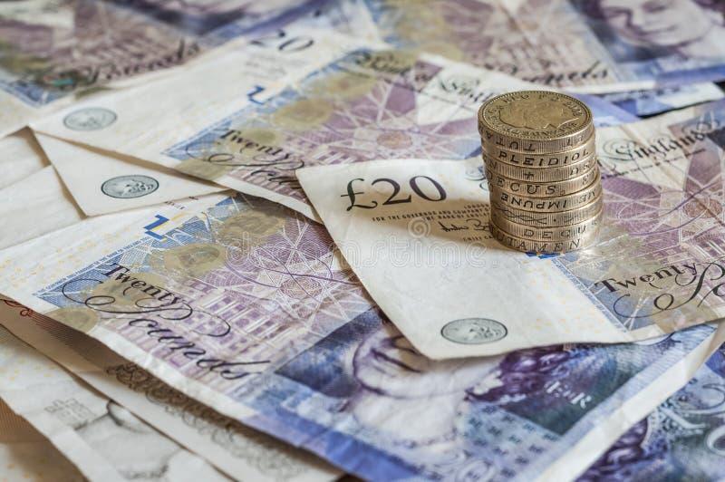 Stapel des Geldes und des Staplungsgbp Sterling der münzenbritischen pfunde stockfoto