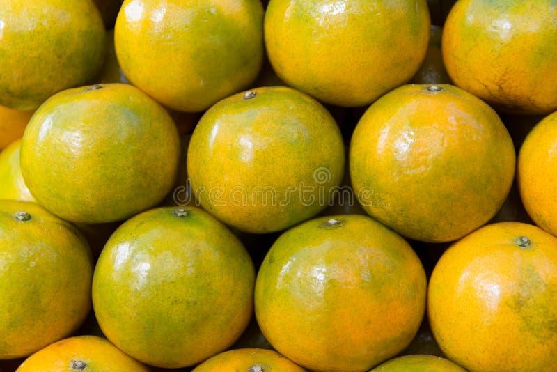 Stapel des grünen und gelben gelben Orangenhintergrundes stockfoto