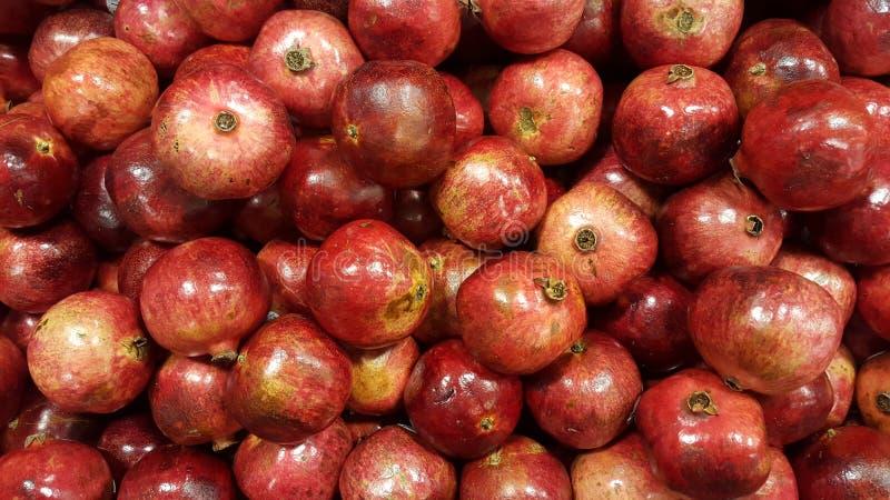 Stapel des Granatapfels Obenliegende Granatäpfel lizenzfreie stockbilder