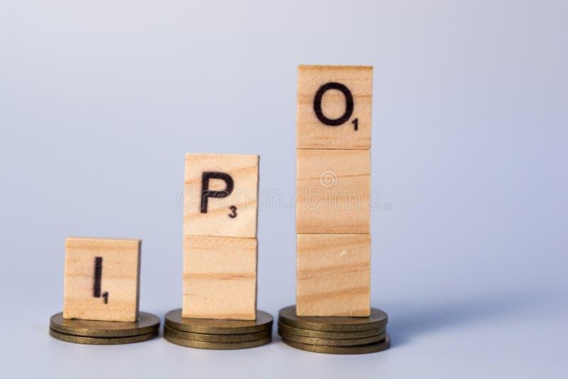 Stapel des Inders 10 Rupienmünzen öffentliche Erstemission oder IPO-Konzept auf lokalisiertem Hintergrund lizenzfreie stockfotos