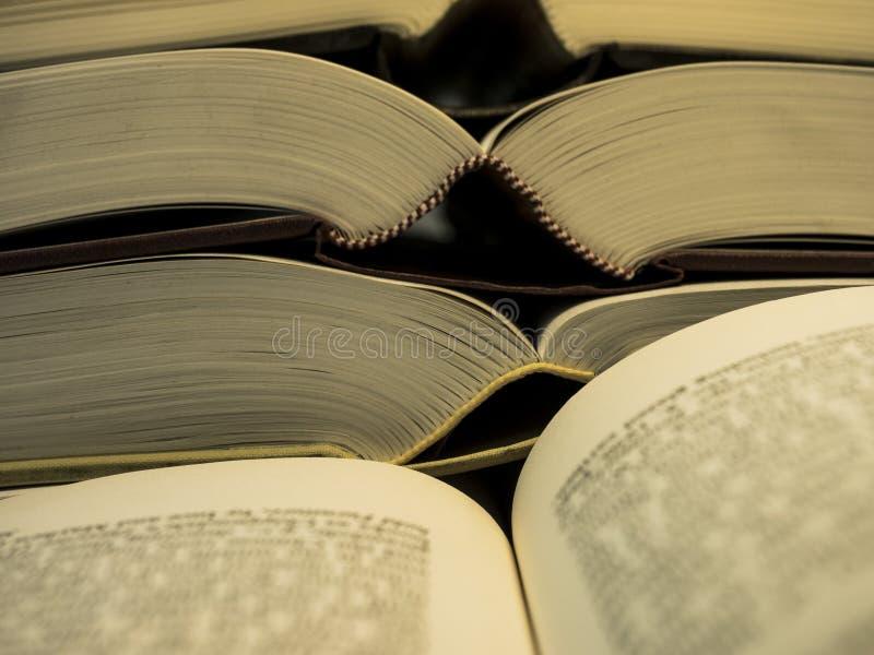 Stapel des offenen Buches und zwei paginieren offenes Buch auf der Front lizenzfreie stockfotografie