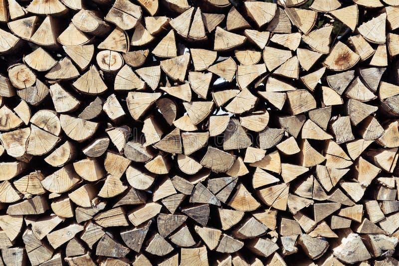 Stapel des ordentlich Staplungsgezierten Baumbrennholzes des schnittes und der Spalte Frontansicht stockfotos