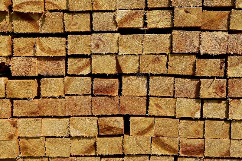 Stapel des Rohschnittmaßbauholzes stockfoto