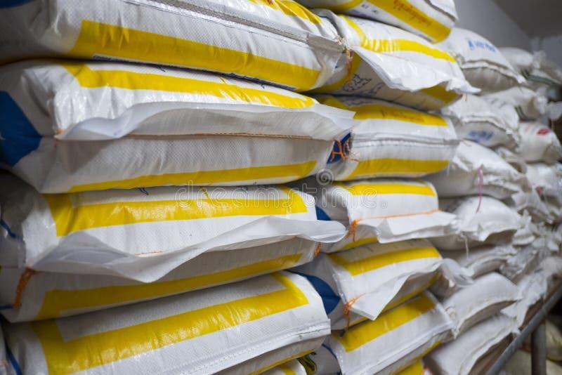 Stapel des Sacks im Lager Hintergrund und Beschaffenheit des Sackstapels lizenzfreies stockfoto