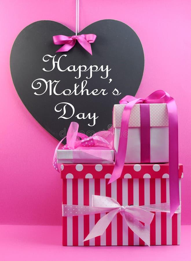 Stapel des schönen Rosas stellt sich mit glücklicher Mutter-Tagesmitteilung dar lizenzfreie stockbilder