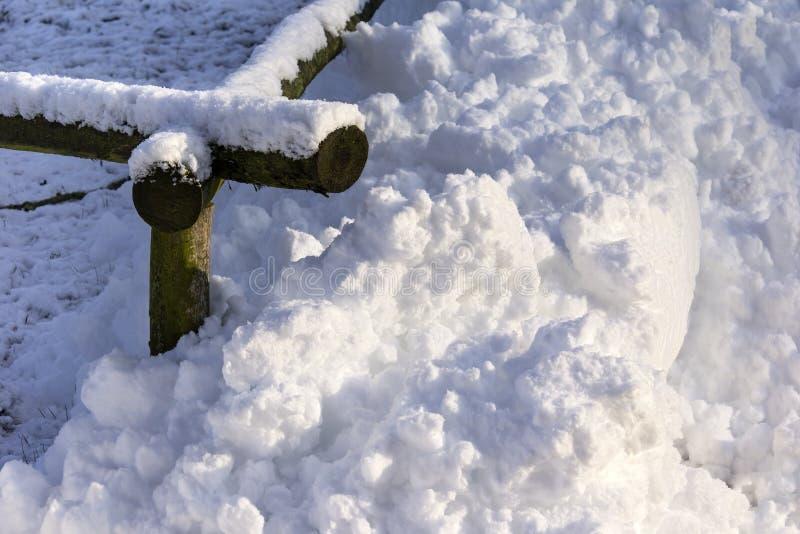 Stapel des Schnees an einem Zaun stockbilder