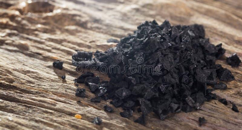 Stapel des schwarzen Salzes auf Holztisch Sehr hohe Auflösung lizenzfreies stockfoto