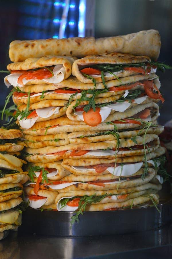 Stapel des traditionellen italienischen Lebensmittels Piadina Romagnola mit frischem Tomatenmozzarella und Raketensalat stockbild