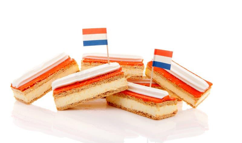 Stapel des traditionellen niederländischen Gebäcks nannte tompouce mit Flaggen stockbild