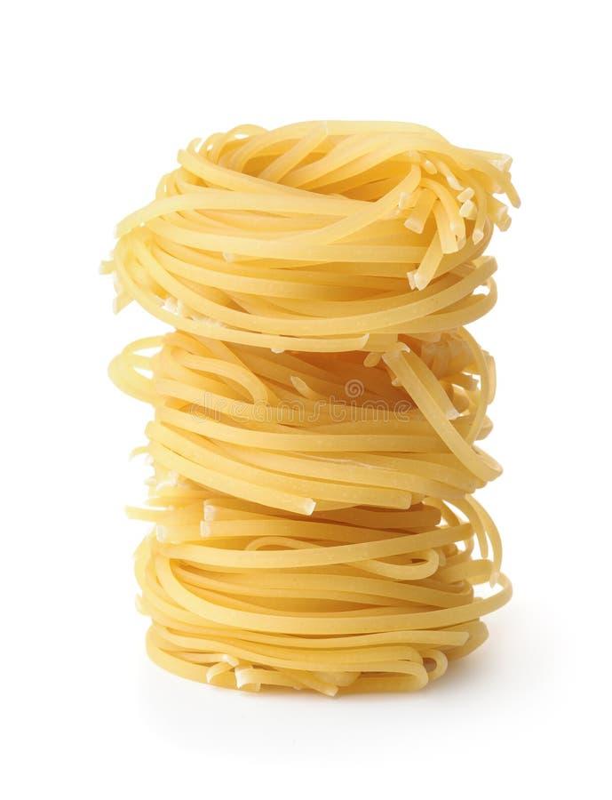 Stapel des ungekochten tagliolini Teigwarennestes stockbild