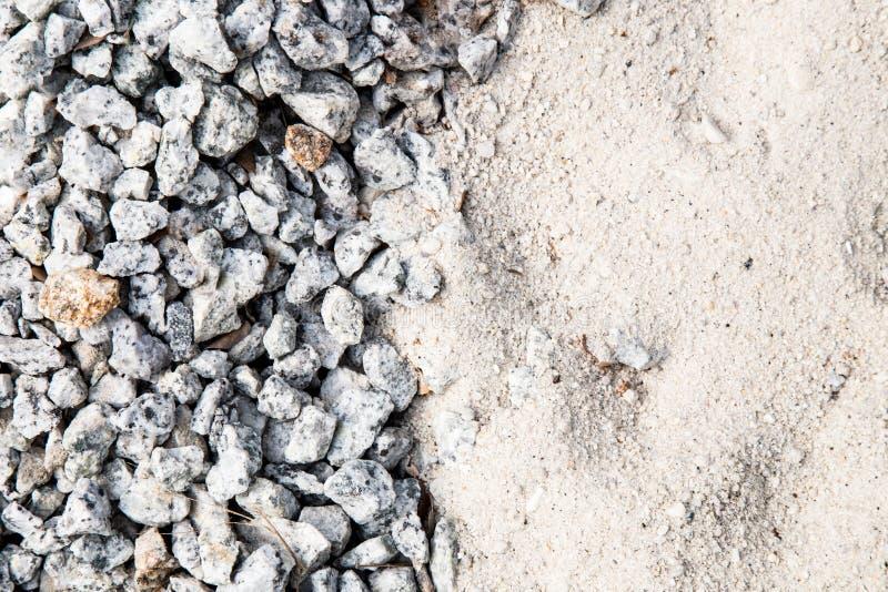 Stapel des weißen Sandes und kleinen des Kiessteins benutzt als Baumaterial lizenzfreie stockbilder