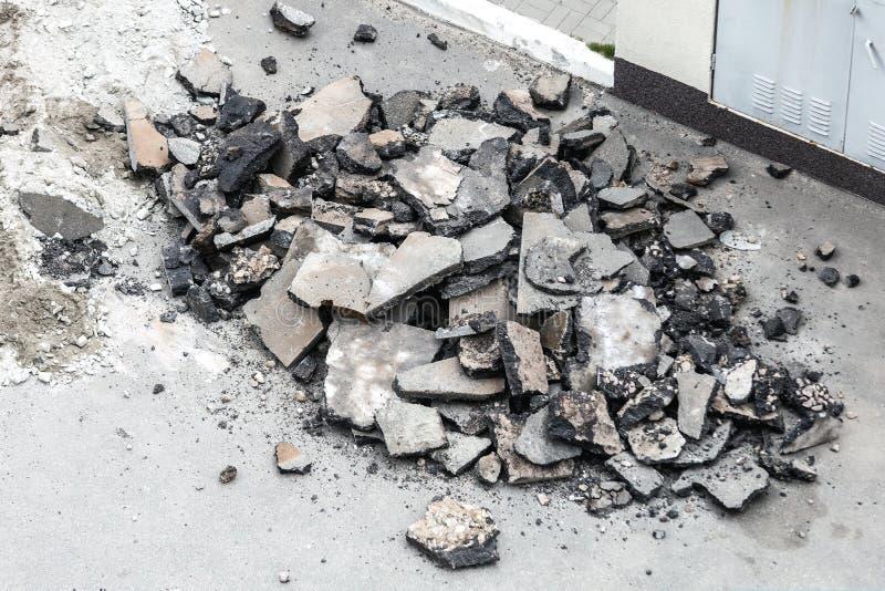 Stapel des zerquetschten defekten Asphalts Stadtstraßenerneuerung Haufen der defekten Straßendecke lizenzfreie stockfotografie