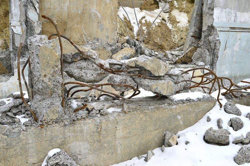 Stapel des zertrümmerten Asphaltschutts und des rostigen Rebarstahls stockbild