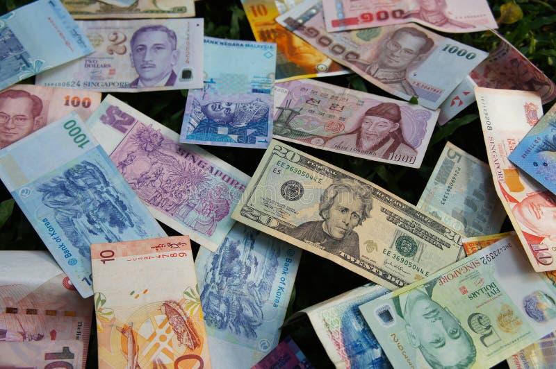Stapel diverse bankbiljetten stock afbeeldingen