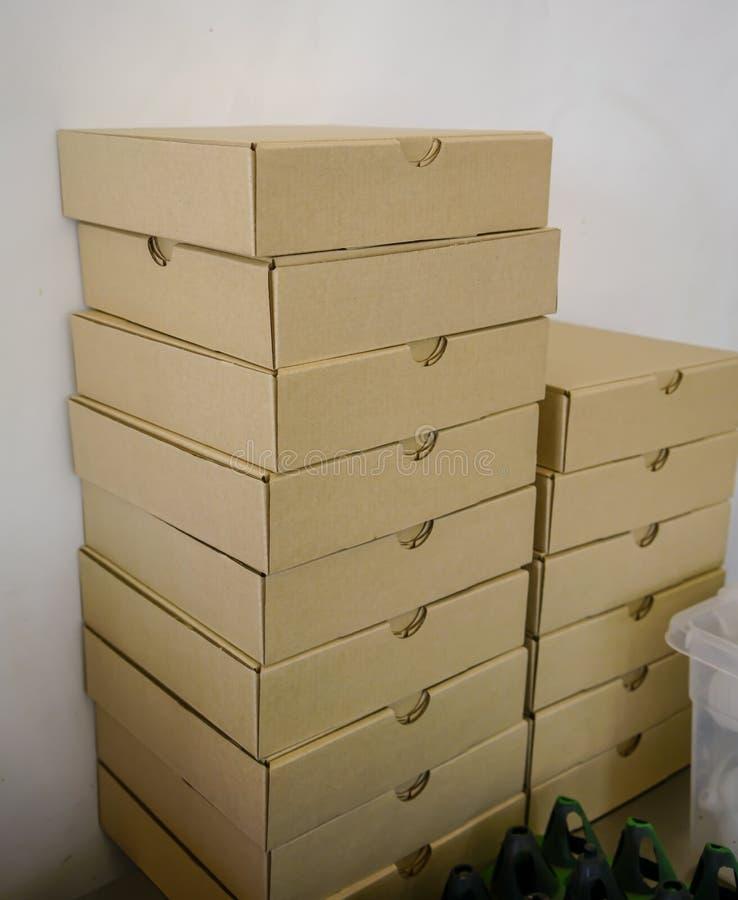 Stapel duidelijke dozen van de ambachtpizza tegen witte muur royalty-vrije stock foto's