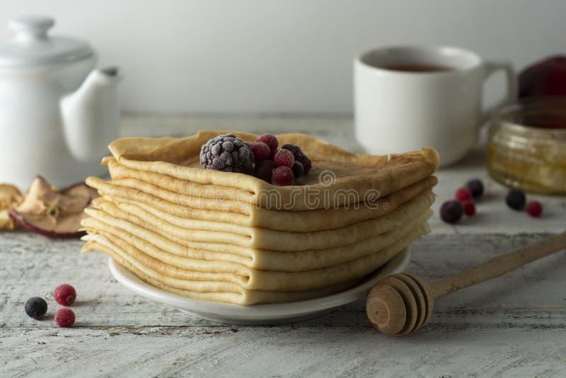 Stapel dunne pannekoeken die met aardbeien en bosbessen worden verfraaid Russische vakantie Maslenitsa Gezond Ontbijt royalty-vrije stock afbeeldingen