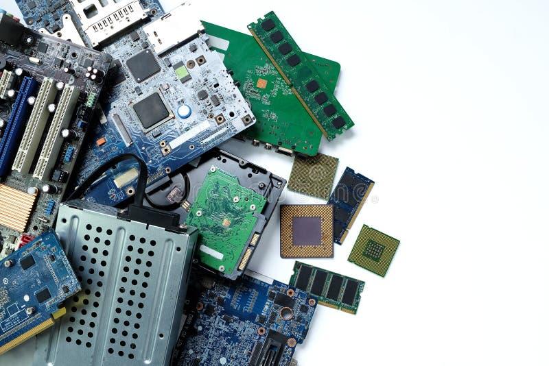 stapel elektronisch afval, elektronische apparatuur voor moederbordcomputers en cpu-microchips royalty-vrije stock foto
