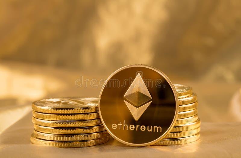 Stapel ethereum Münzen mit Goldhintergrund lizenzfreies stockfoto