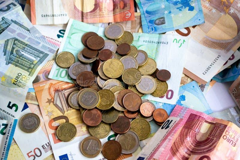 Stapel Euro bankbiljetten en muntstukken royalty-vrije stock afbeelding