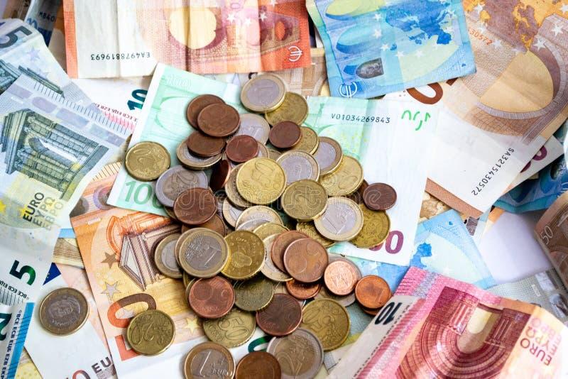 Stapel Euro bankbiljetten en muntstukken royalty-vrije stock fotografie