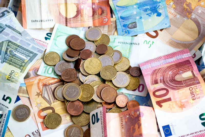 Stapel Euro bankbiljetten en muntstukken stock foto's