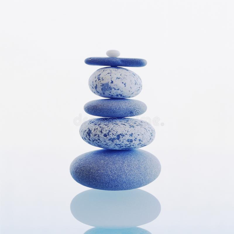 Stapel evenwichtige rotsenstenen die op witte achtergrond worden geïsoleerd Meditatie, zen, wellness, saldoconcepten stock foto
