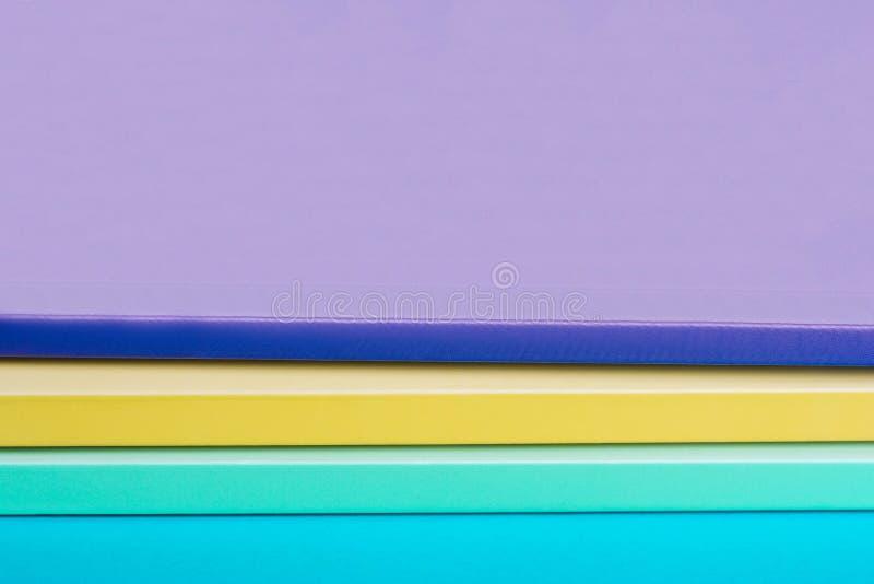 Stapel Farbnotizbücher, gelb, purpurrot, grün stockfotos