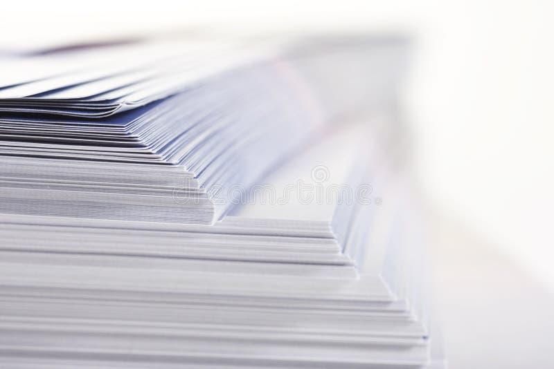 Stapel Flugblätter lizenzfreies stockbild