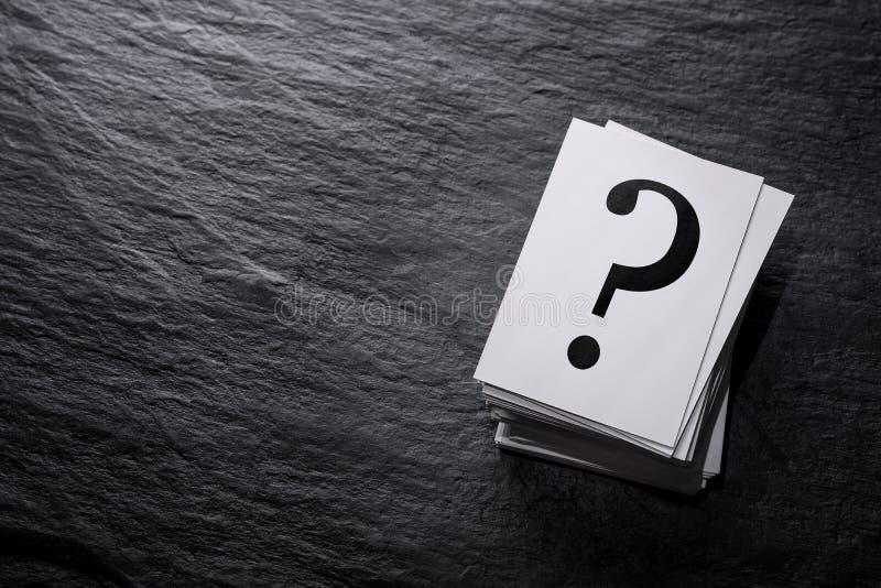 Stapel Fragezeichen lizenzfreie stockbilder