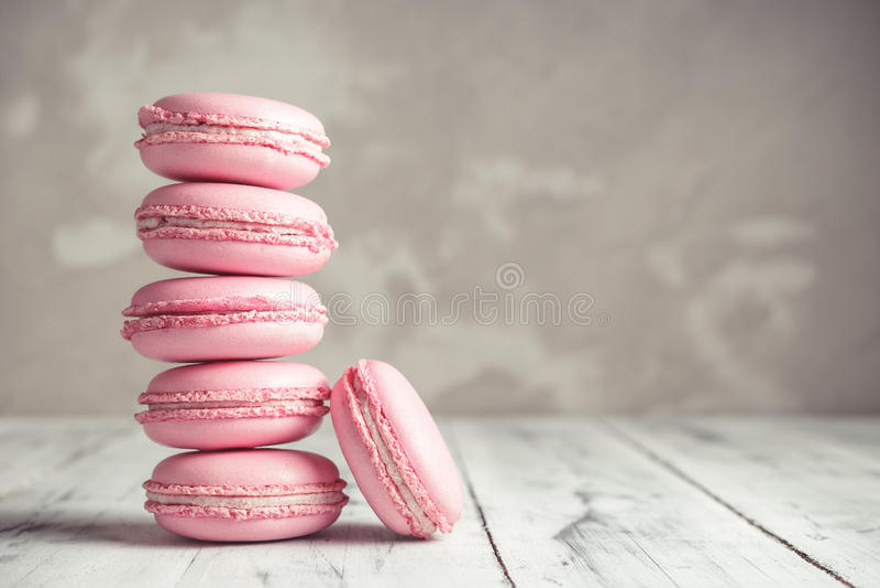 Stapel Frambozenpastelkleur roze Macarons of Makarons royalty-vrije stock fotografie