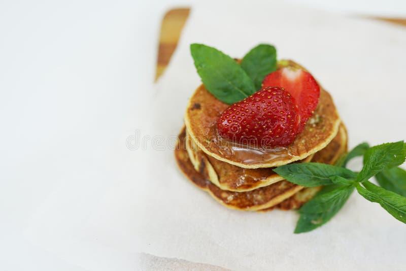 Stapel frisch zubereitete traditionelle Pfannkuchen mit Erdbeeren, Kopienraum stockbilder