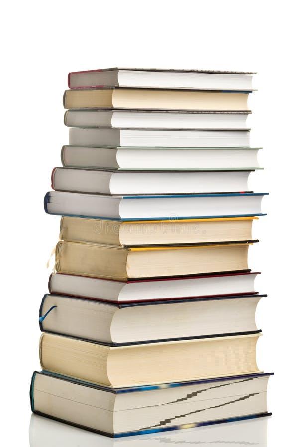 Stapel gebruikte boeken op witte achtergrond stock fotografie