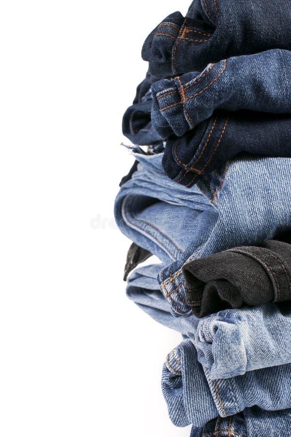 Download Stapel Gefaltete Blue Jeans Auf Einem Weißen Hintergrund Stockbild - Bild von oberbekleidung, gefaltet: 26373921