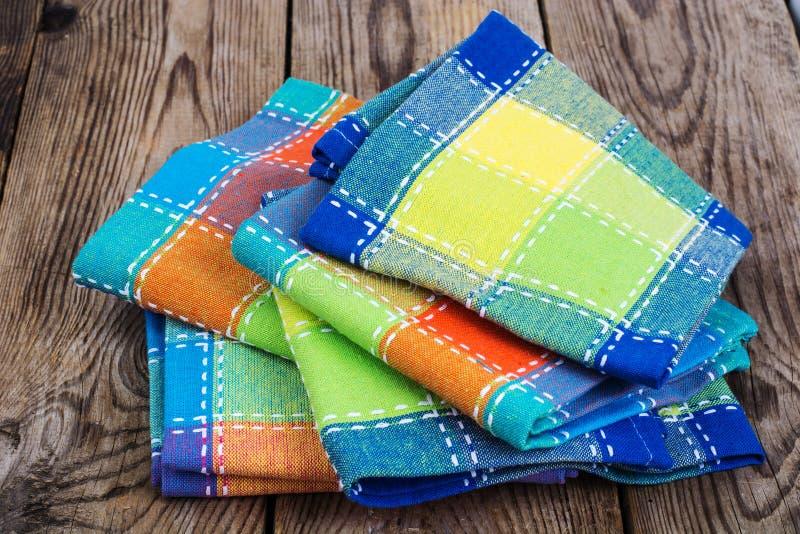 Stapel gekleurde keukenhanddoeken in doos stock foto