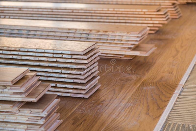 Stapel gelamineerde houten bevloeringsraad royalty-vrije stock foto's