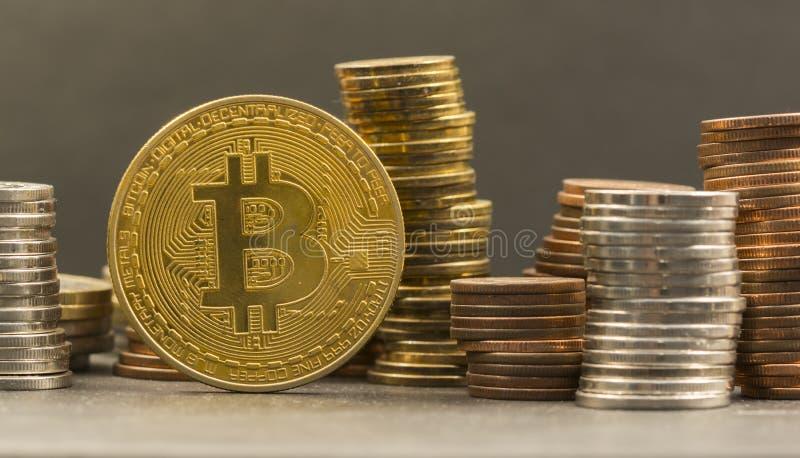 Stapel Geld und cryptocurrencies bitcoin, ethereum lizenzfreies stockfoto