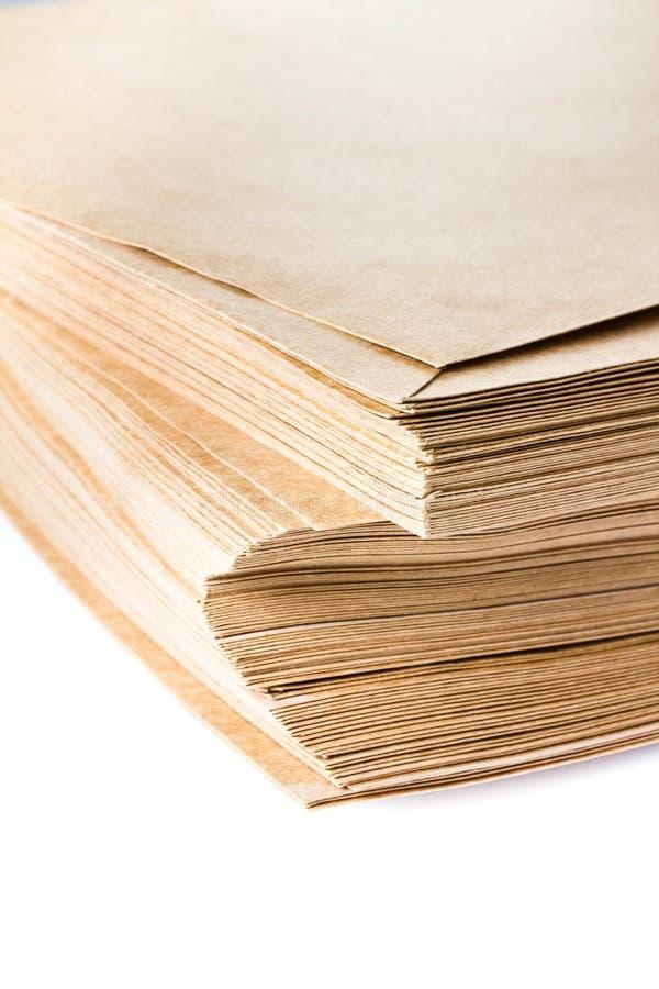 Stapel gele gerecycleerde die document enveloppen op witte backg worden geïsoleerd royalty-vrije stock fotografie