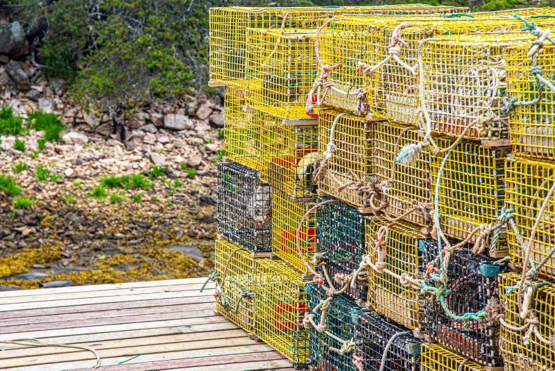 Stapel gele zeekreeftvallen op kort dok royalty-vrije stock fotografie