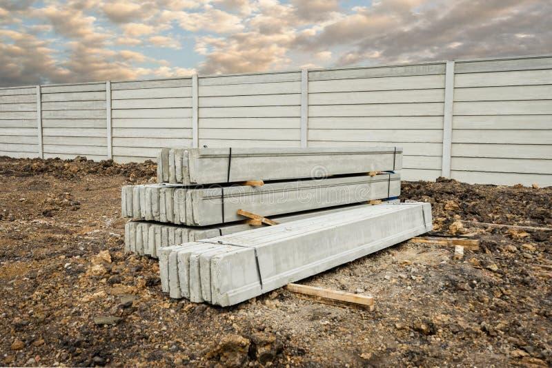 Stapel geprefabriceerde concrete muurpanelen op verse benedenverdieping, om een muur op de bouwwerf buiten te bouwen royalty-vrije stock fotografie