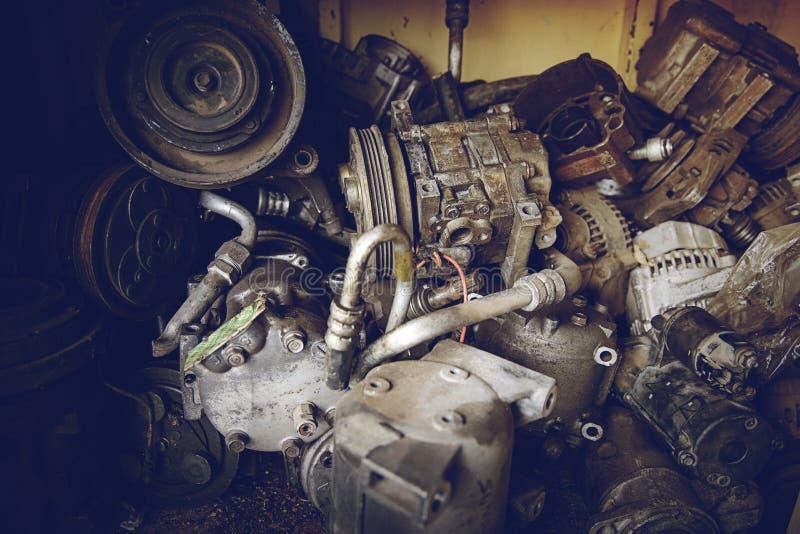 Stapel geroeste metaalautodelen in garage stock foto