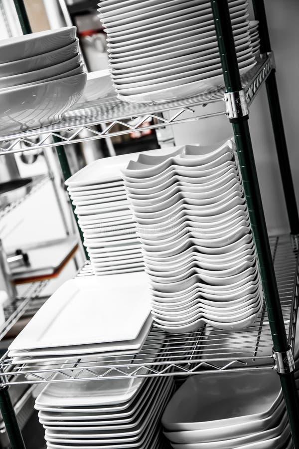 Stapel gesäuberte Teller in einem Restaurant lizenzfreie stockfotografie