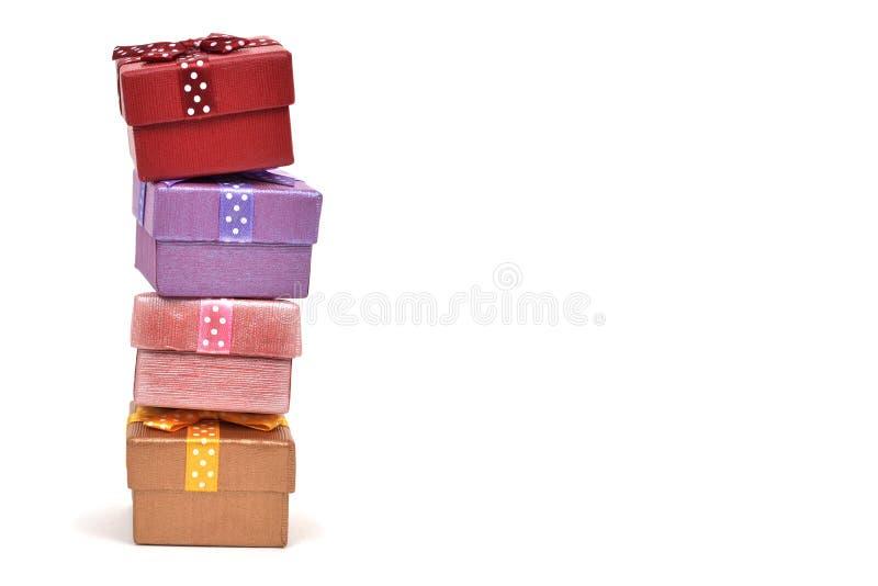 Stapel Geschenke auf einem weißen Hintergrund stockfoto