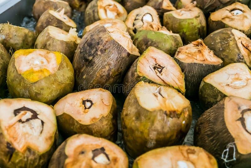 Stapel geschnittene Kokosnüsse für Cocktailgetränke stockbild